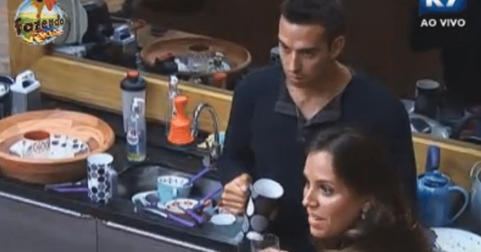 Angelis e Ísis batem boca e brigam na cozinha após formação de roça