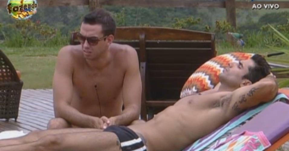 Dan e Carril conversam e descansam à beira da piscina