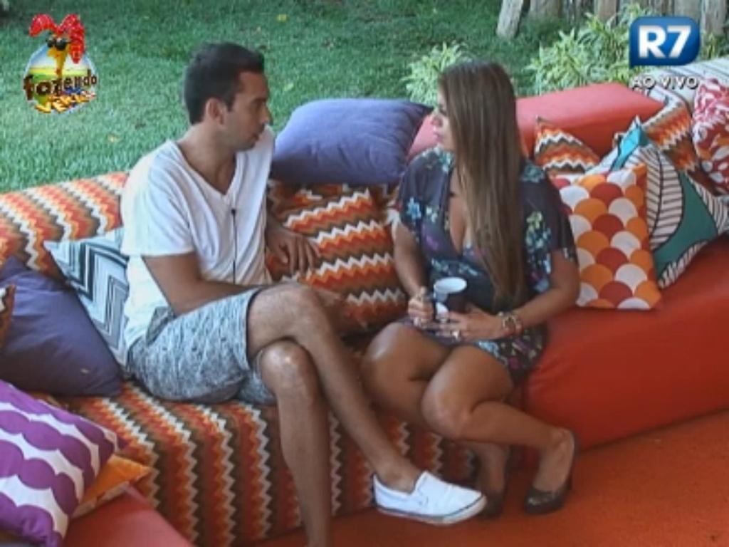 Manoella chora ao conversar com Carril