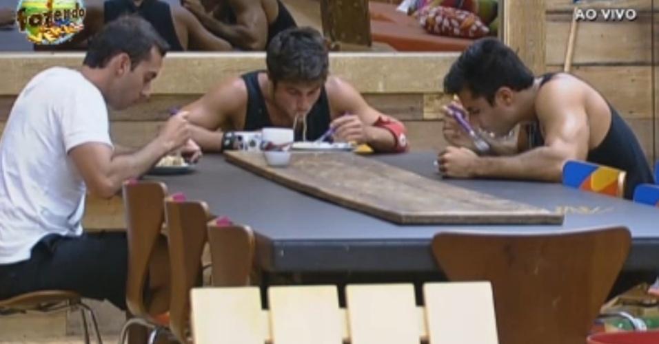Peões almoçam no horário do café da manhã