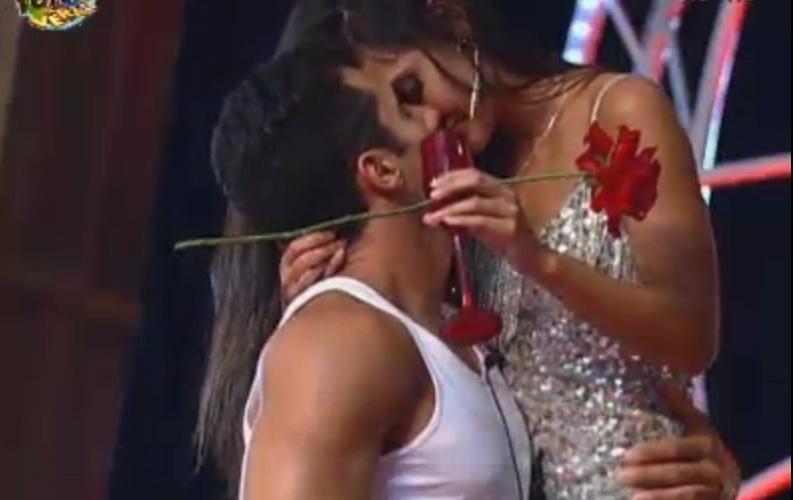Dan e Flavia se beijam durante a festa
