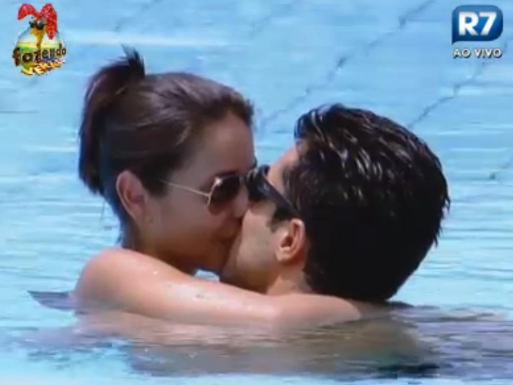 Dan e Flávia tomam banho na piscina
