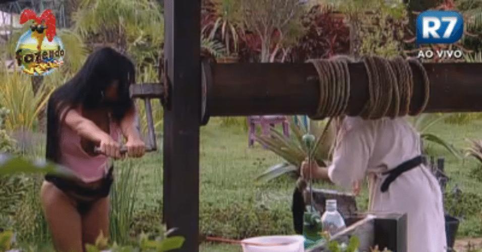 Natália e Ísis tiram água do balde