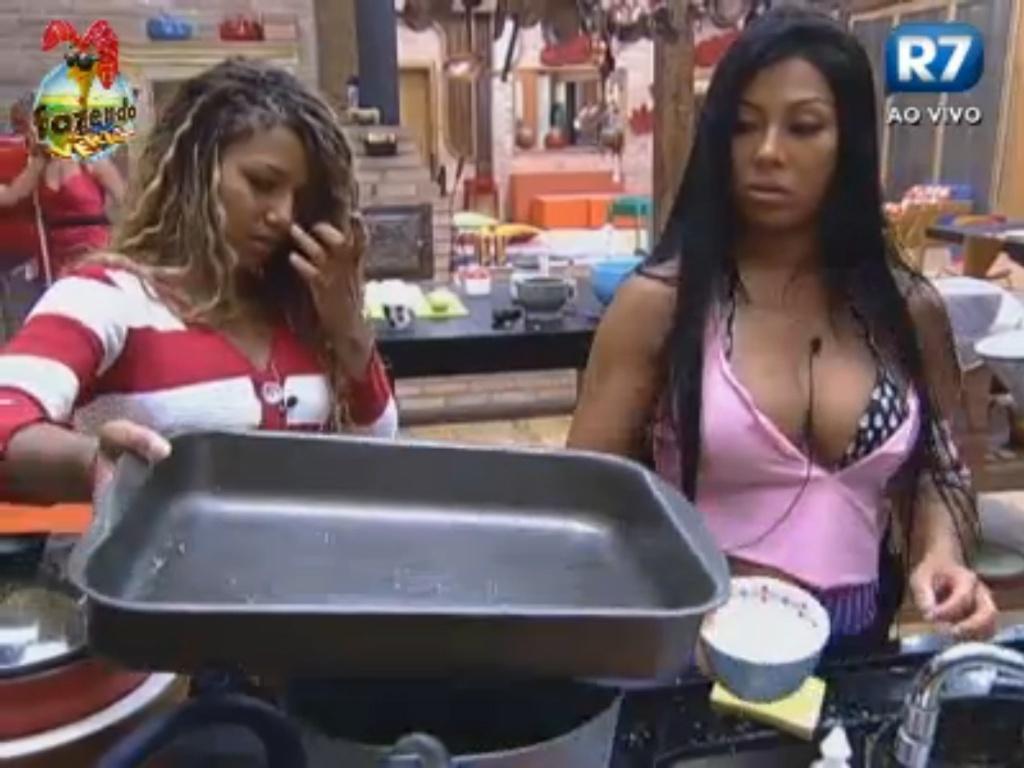Natália e Karine preparam o almoço pensando na sobremesa