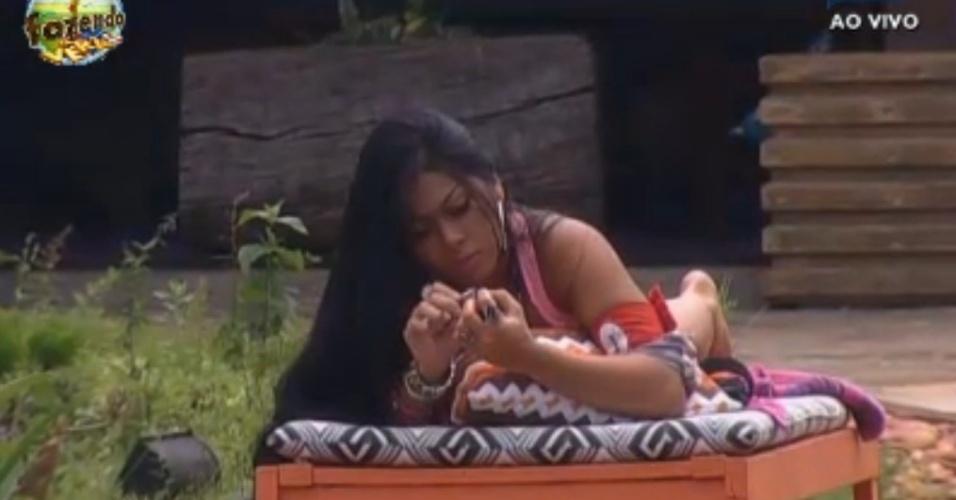 Natália toma sol e corta as unhas