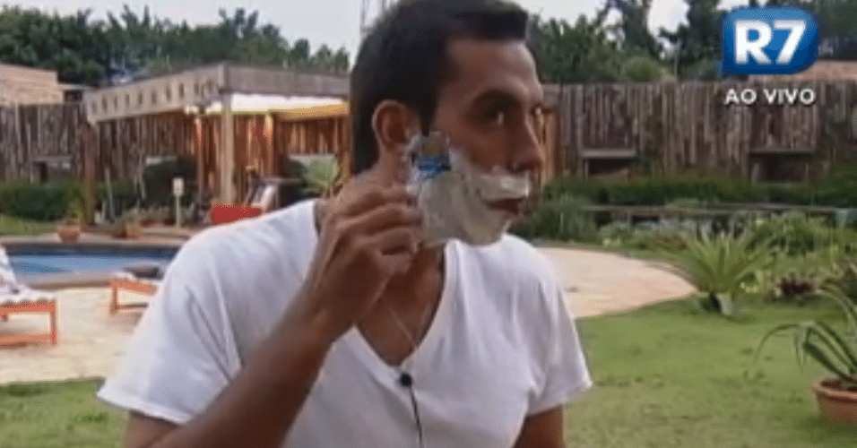 Rodrigo Carril faz a barba
