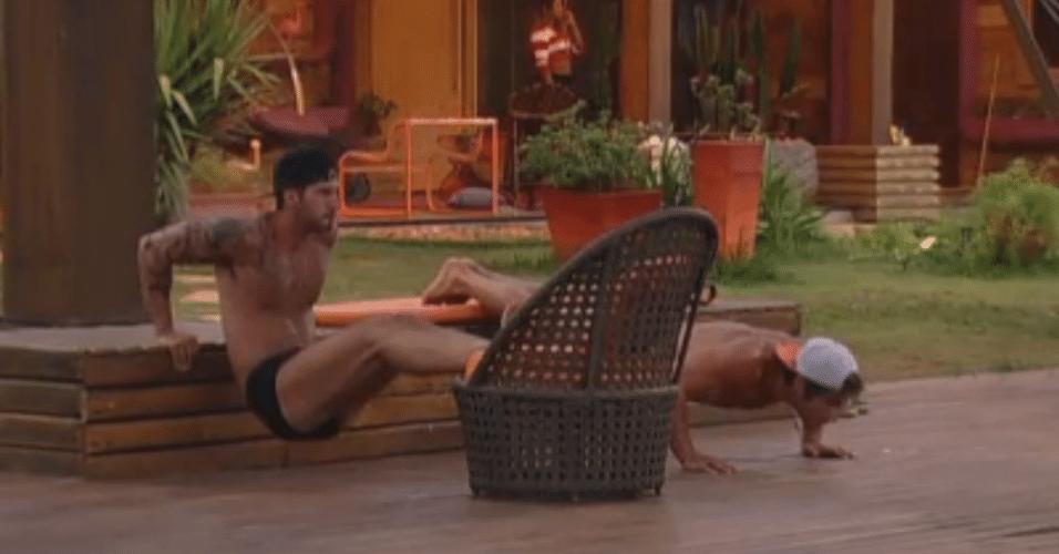 Thyago e Victor improvisam exercícios sem academia