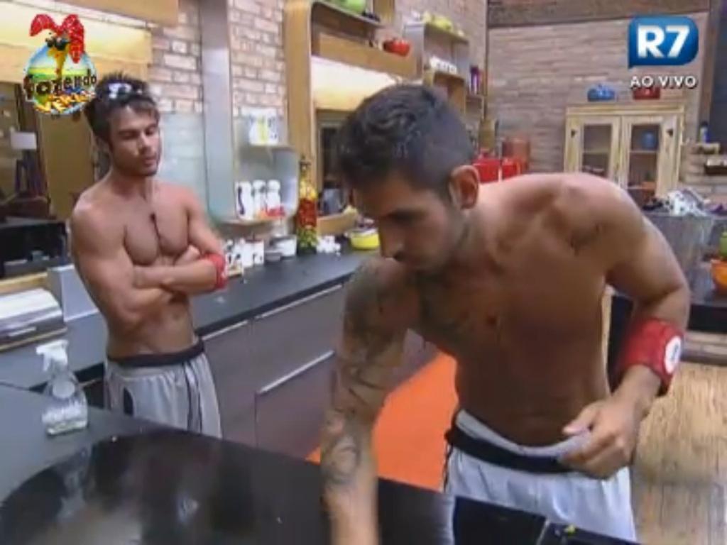Victor conversa com Thyago sobre Dan