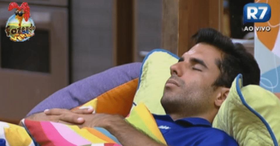 Dan descansa vestindo o macacão azul do duelo