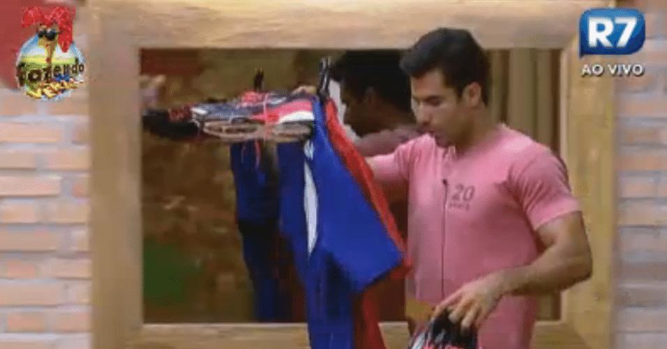 Dan pega a roupa dele e a do Thyago para o duelo da semana