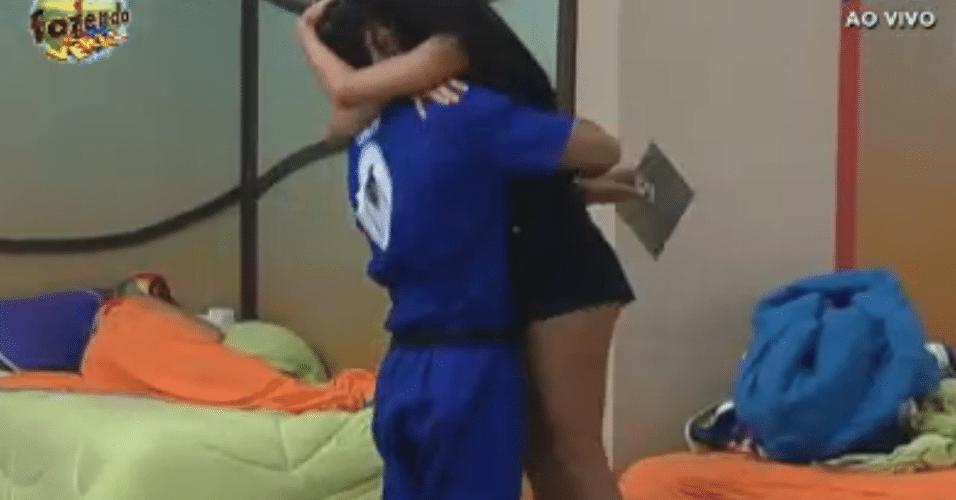 Dan vence o duelo e abraça Flávia ao chegar na sede