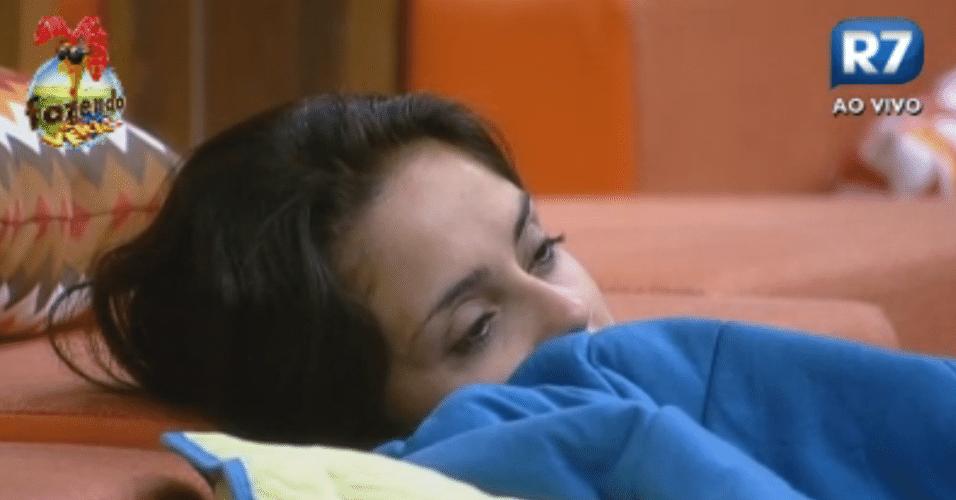 Flávia acorda e fica sonolenta no sofá