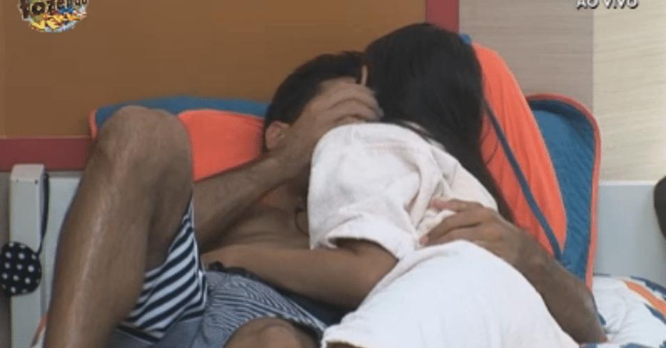 Flávia e Dan trocam beijos no quarto