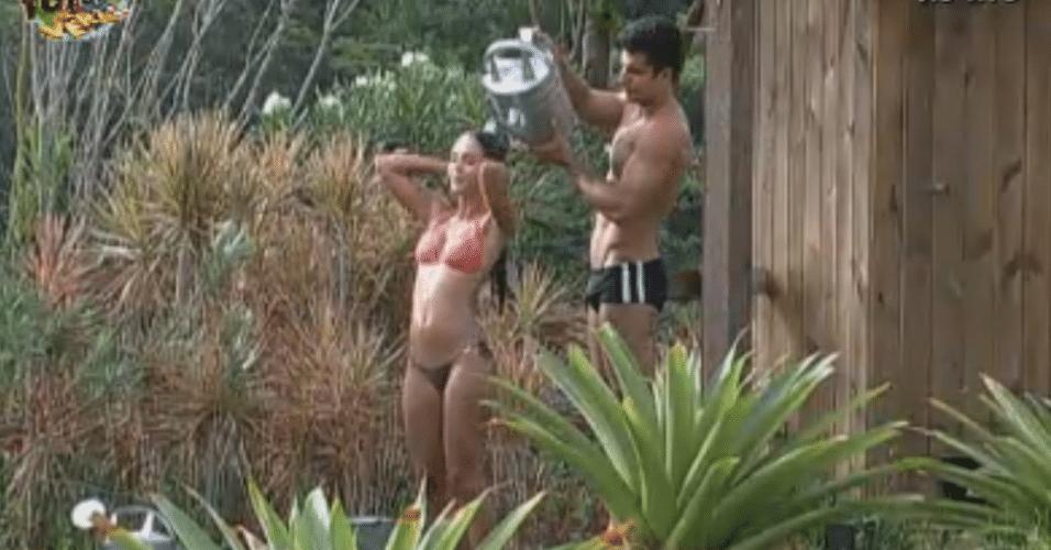 Dan ajuda Flávia com o banho na área externa da sede