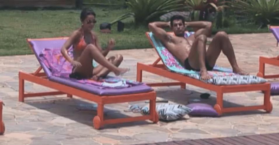 Flávia e Dan tentam combinar em quem votar para roça