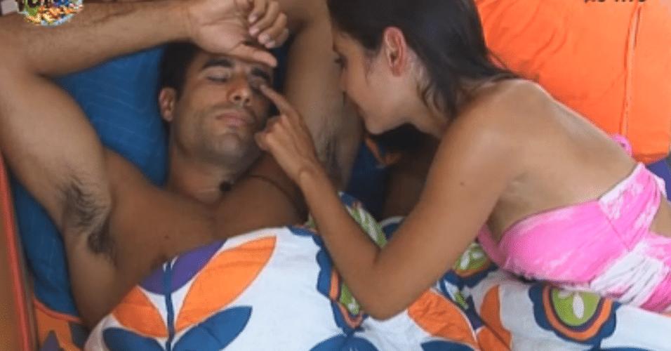 Flávia acaricia Dan enquanto ele dorme