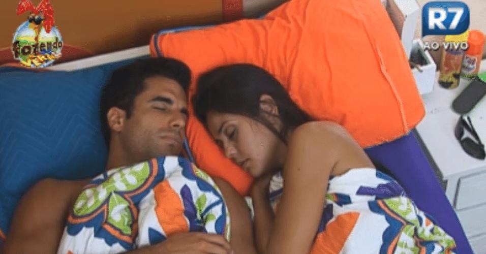 Flávia e Dan dormem depois de almoçarem