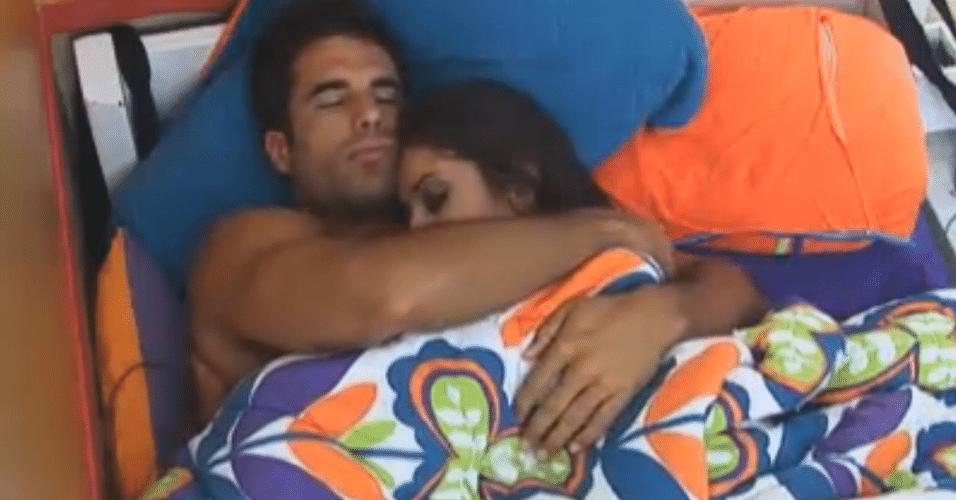 Dan acorda, bebe água e volta para a cama com Flávia