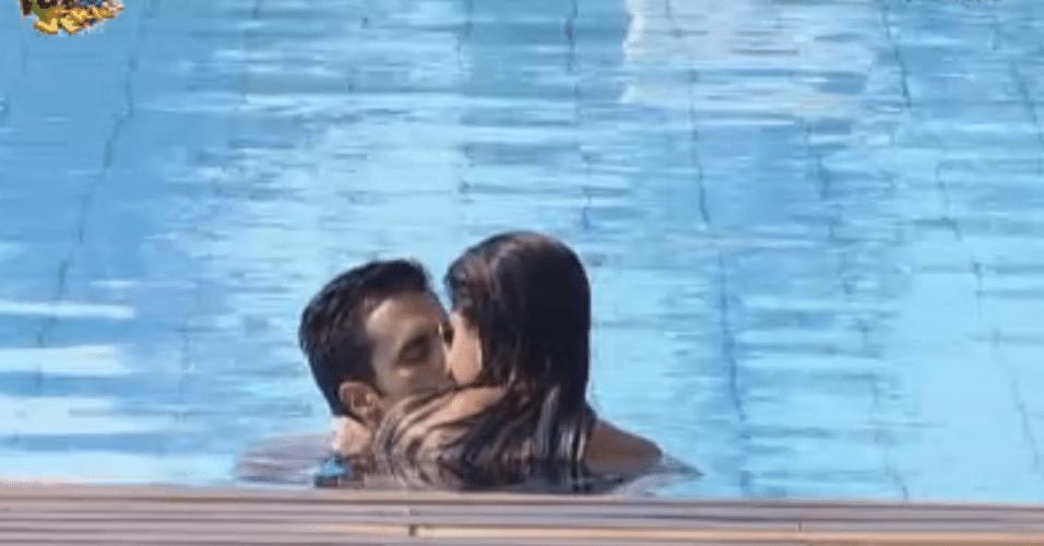 Dan e Flávia ficam em clima bem romântico durante banho de piscina