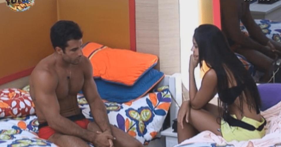 Enquantos os demais peões dormem, Flávia e Dan ficam pensativos no quarto