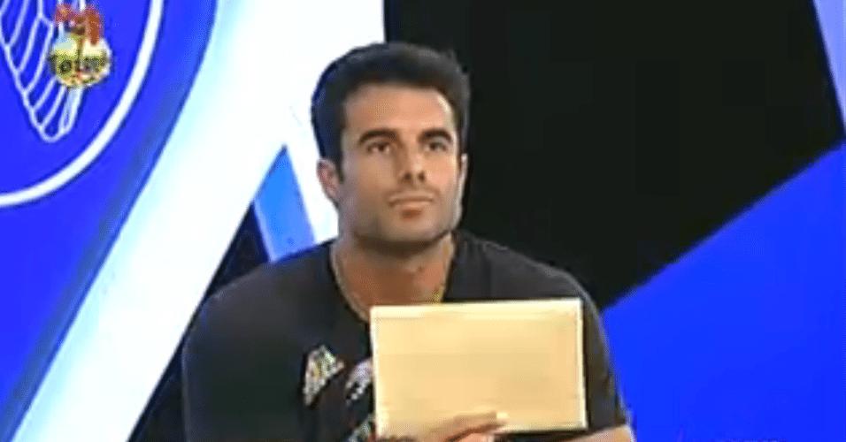 Dan segura o envelope que só foi revelado no final da formação da roça