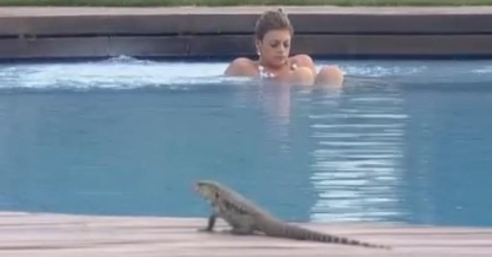 Lagarto invade deque da piscina