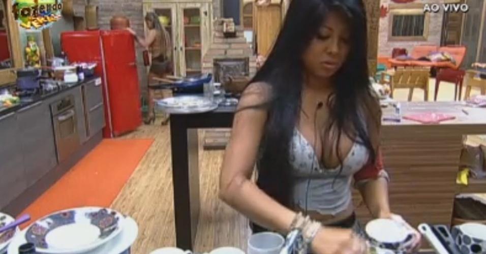 Natália lava a louça antes do preparo do almoço