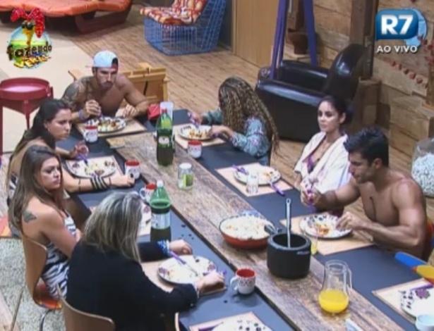 Peões jantam após dia tenso de votação