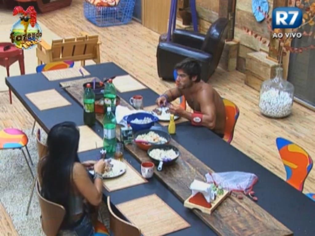 Victor e Natália conversam durante o almoço