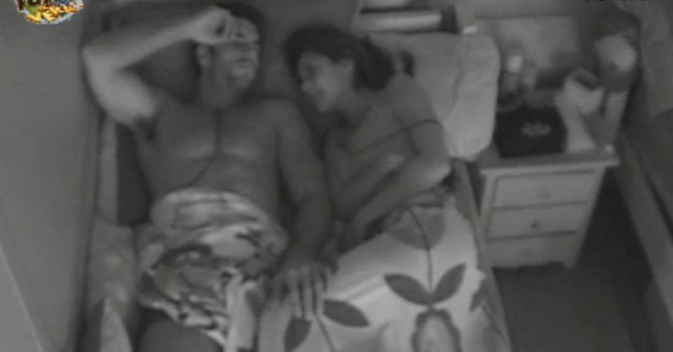 Flavia e Dan conversam antes de dormir