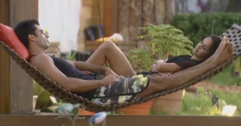 Flávia e Dan conversam sossegados na rede