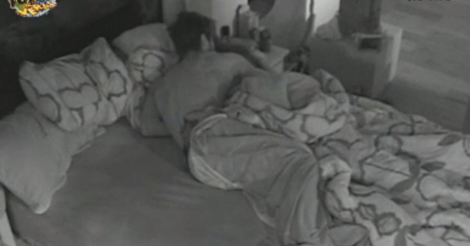 Victor e Natalia trocam carícias no quarto escuro