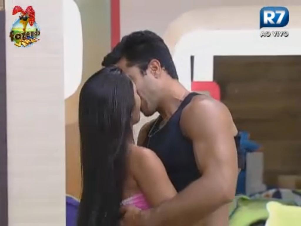 Flávia dá beijão em Dan durante interpretação