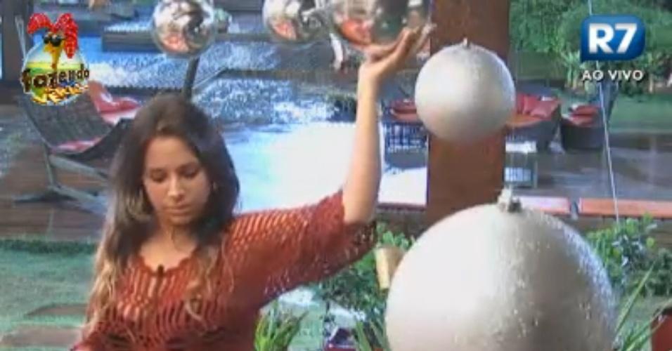 Angelis dá tapas em bolas da decoração de Natal