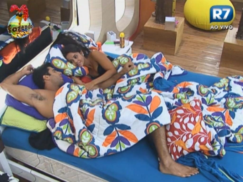 Dan e Flávia deitam juntinhos