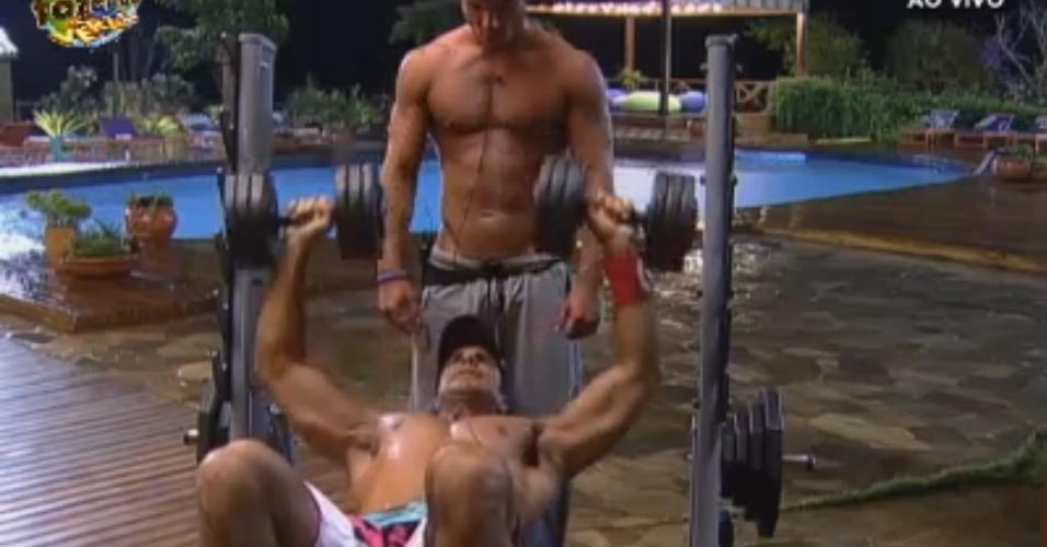 Dan e Victor ajudam um ao outro na malhação