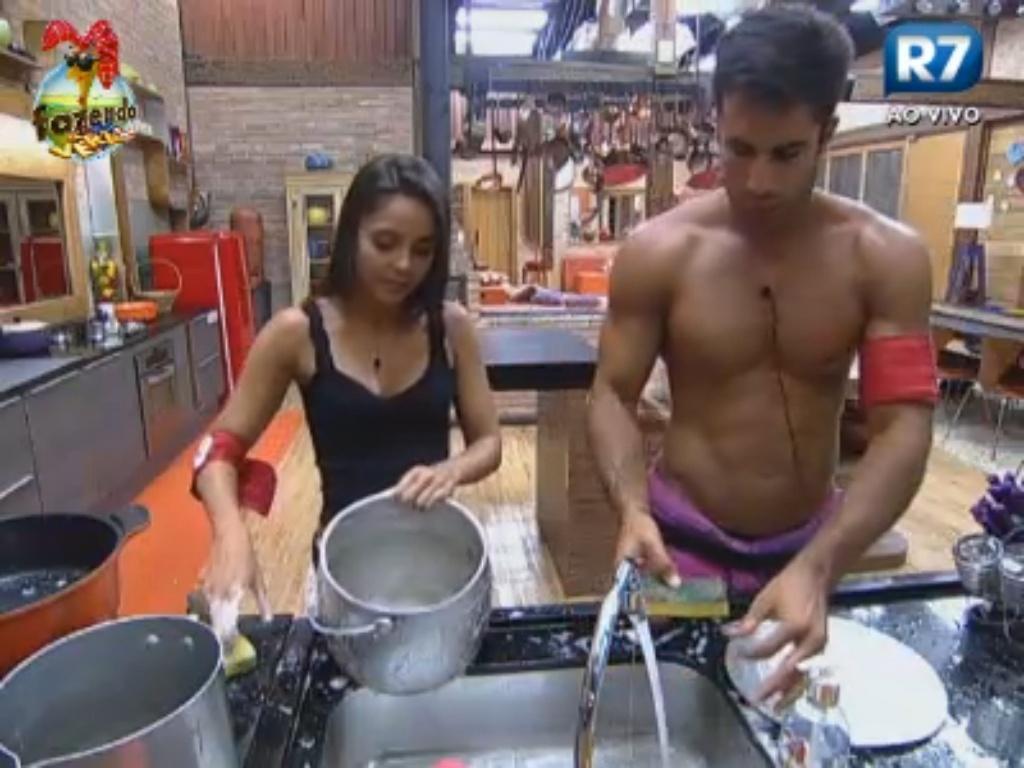 Dan e Flávia lavam louça