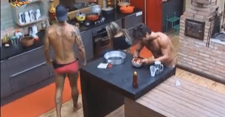 Thyago e Victor brincam com Ísis