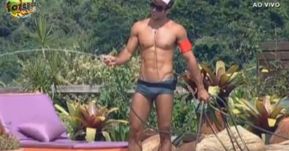 Dan rega as plantas e faz brincadeiras com o fim do ano