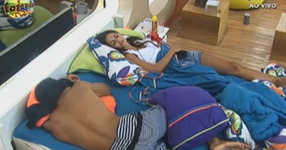 Dan e Flávia descansam na cama