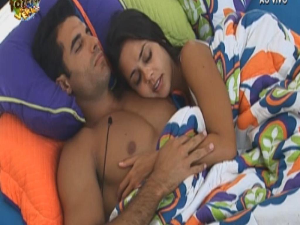 Flávia e Dan dormem juntinhos