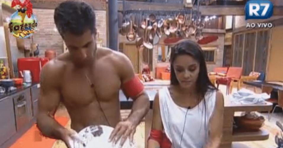 Dan e Flávia lavam a louça
