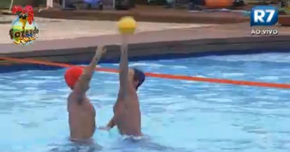 Victor e Dan se enfrentam no pólo aquático