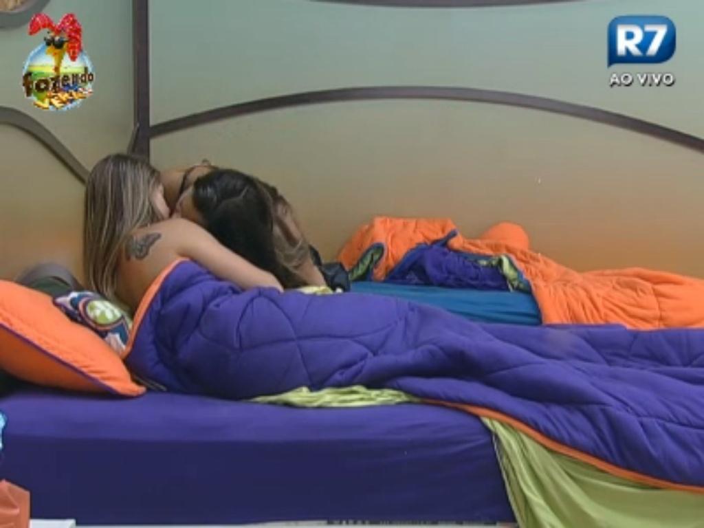 Angelis dá selinho em Manoella no quarto da sede