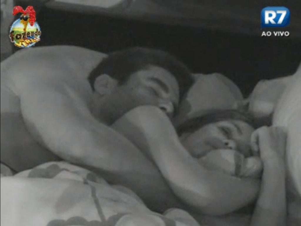 Dan e Flávia conversam antes de dormirem