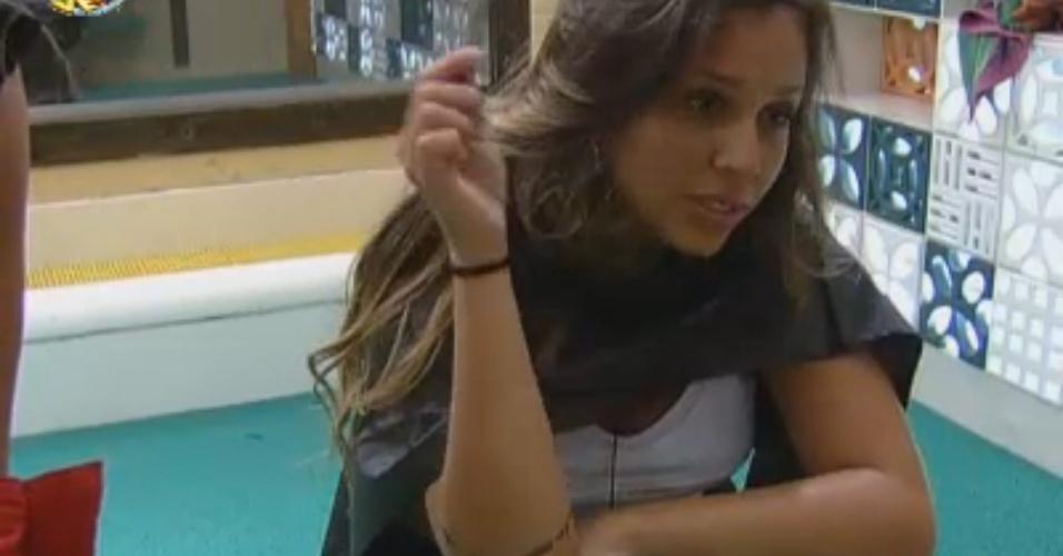 Angelis faz mechas no cabelo com ajuda de Manoella