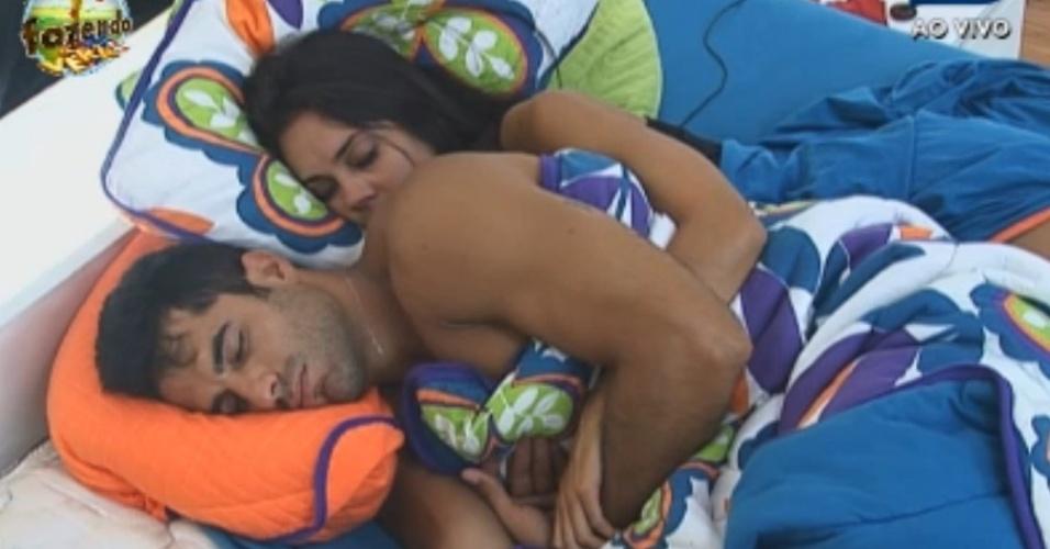 Dan e Flavia dormem agarrados