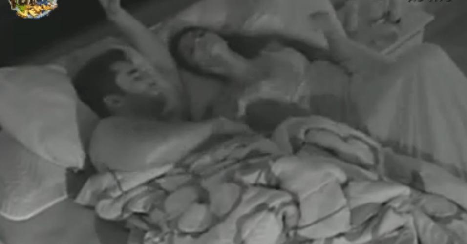 Após brigas, Dan e Flávia dormem juntos