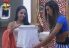 Flávia ganha presentes da modelo Nicole Bahls - Reprodução/Record