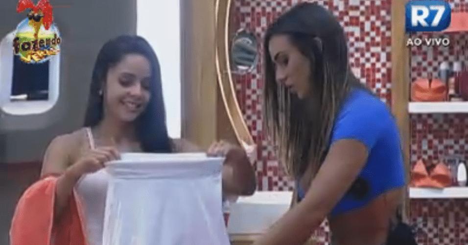 Nicole dá presente para Flávia